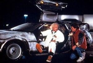 filmde kullanılan zaman makinesi DeLorean yerine ilk başlarda 'buzdolabı' düşünülmüş. Bunun çocuklar üzerinde ölümcül hatalara sebebiyet verebileceği düşüncesiyle vazgeçilmiştir.